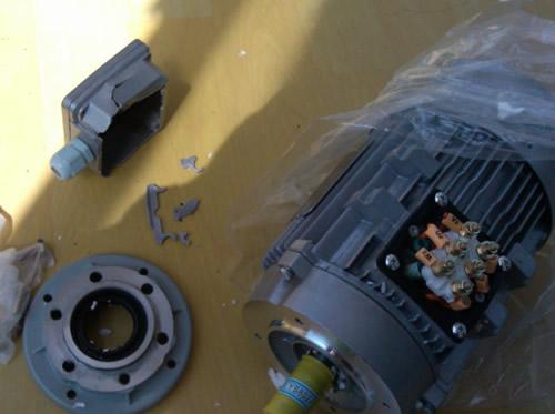 居然发现电机接线盒直接破损
